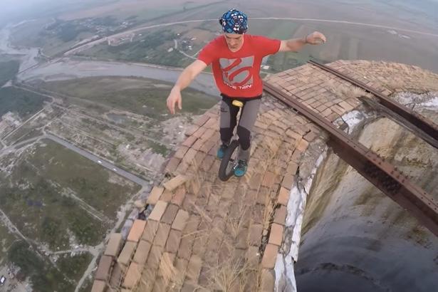 Румынский экстремал прокатился на уницикле по краю 250-метровой трубы