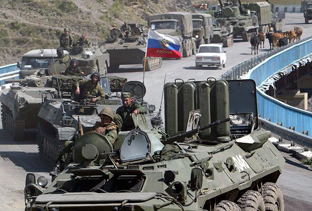Российская бронетехника движется в сторону грузинской границы. 9 августа 2008 года. Фото: Муса Садулаев / AP / Scanpix