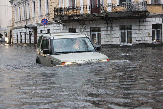 Море МосквыЛивень затопил улицы столицы России и Курск