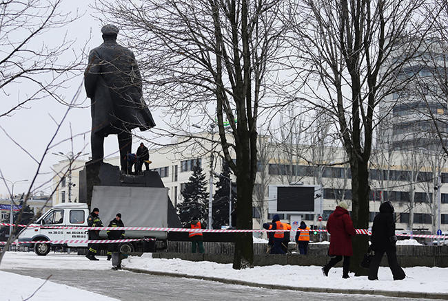 The damaged Lenin statue in Donetsk central square, January 27, 2016.