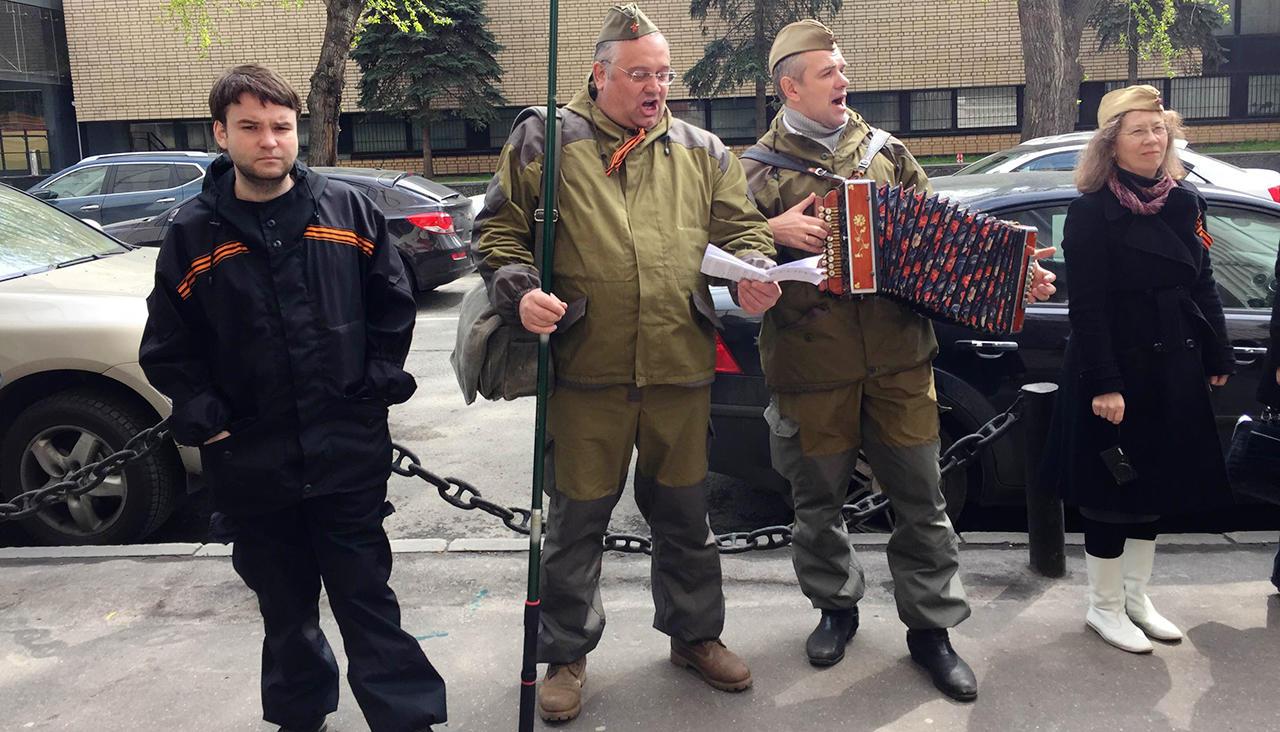 Песков объявил одискредитации георгиевской ленточки напавшими наУлицкую