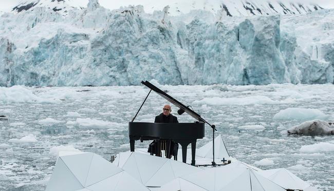 Lyudoviko Eynaudi arktik buzluqların arasında royalda çaldı