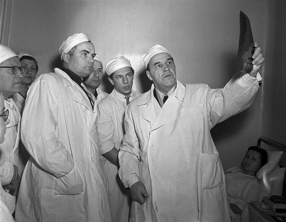 Профессор Александр Бакулев (справа) осматривает больных вместе с участниками XXVI съезда хирургов, 1955 год