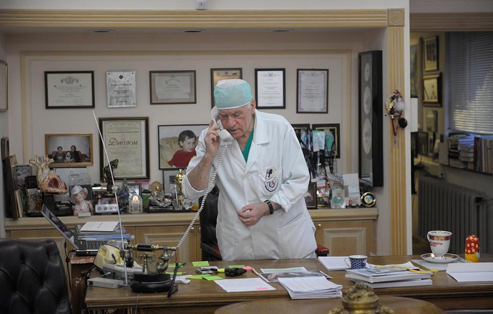 Лео Бокерия в своем кабинете
