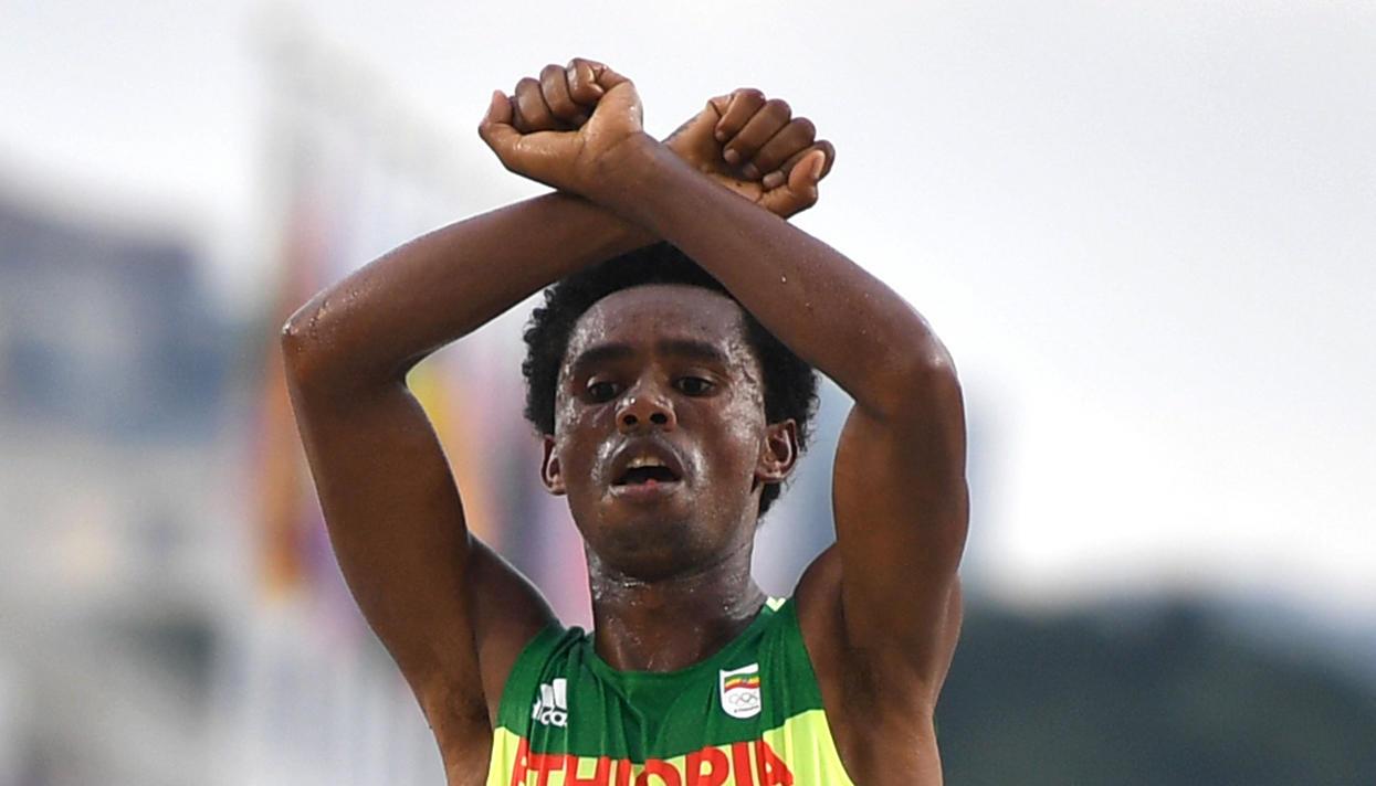 Эфиопский марафонец боится возвращаться на отчизну после протеста наОлимпиаде