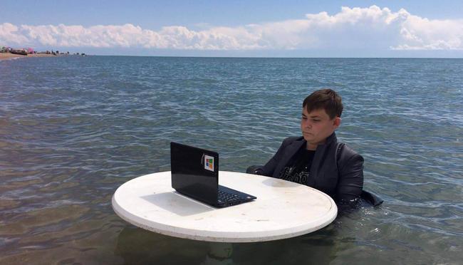 «Болотный школьник» изЧелябинской области устроил фотосессию возере Иссык-Куль