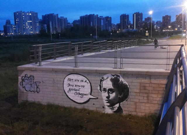 """Напетербургском мосту имени Ахмата Кадырова <a href=""""http://baltic.today/2016/09/07/na-mostu-axmata-kadyrova-narisovali-graffiti-s-annoj-axmatovoj/"""">появилось</a> граффити сизображением Анны Ахматовой ицитатой изеестихотворения «Нет, это нея, это кто-то другой страдает». Присвоение имени Кадырова мосту через Дудергофский канал вызвало протесты состороны многих петербуржцев. Некоторые изних после решения городских властей предлагали называть мост Ахматовским."""