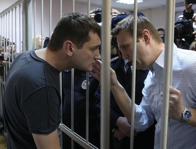 Олег и Алексей Навальные после оглашения приговора по делу «Ив Роше», 30 декабря 2014 года Фото: Артем Коротаев / ТАСС / Scanpix / LETA