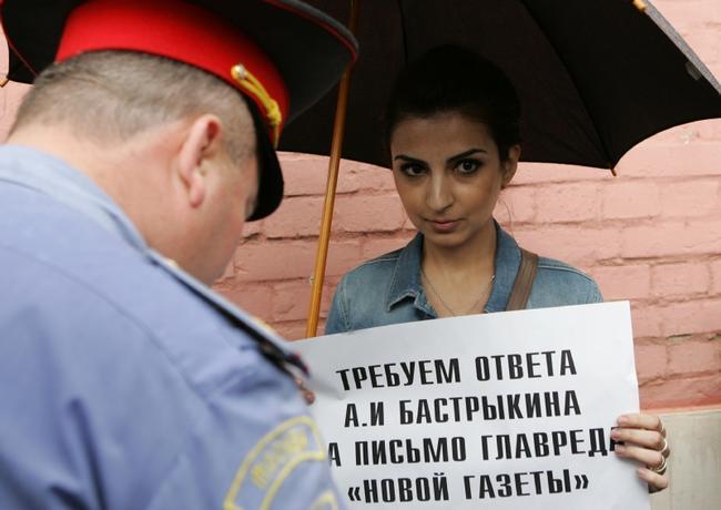 Корреспондентка «Новой газеты» Диана Хачатрян на акции возле здания Следственного комитета. Москва, 13 июня 2012 года Фото: Константин Куцылло / PhotoXPress