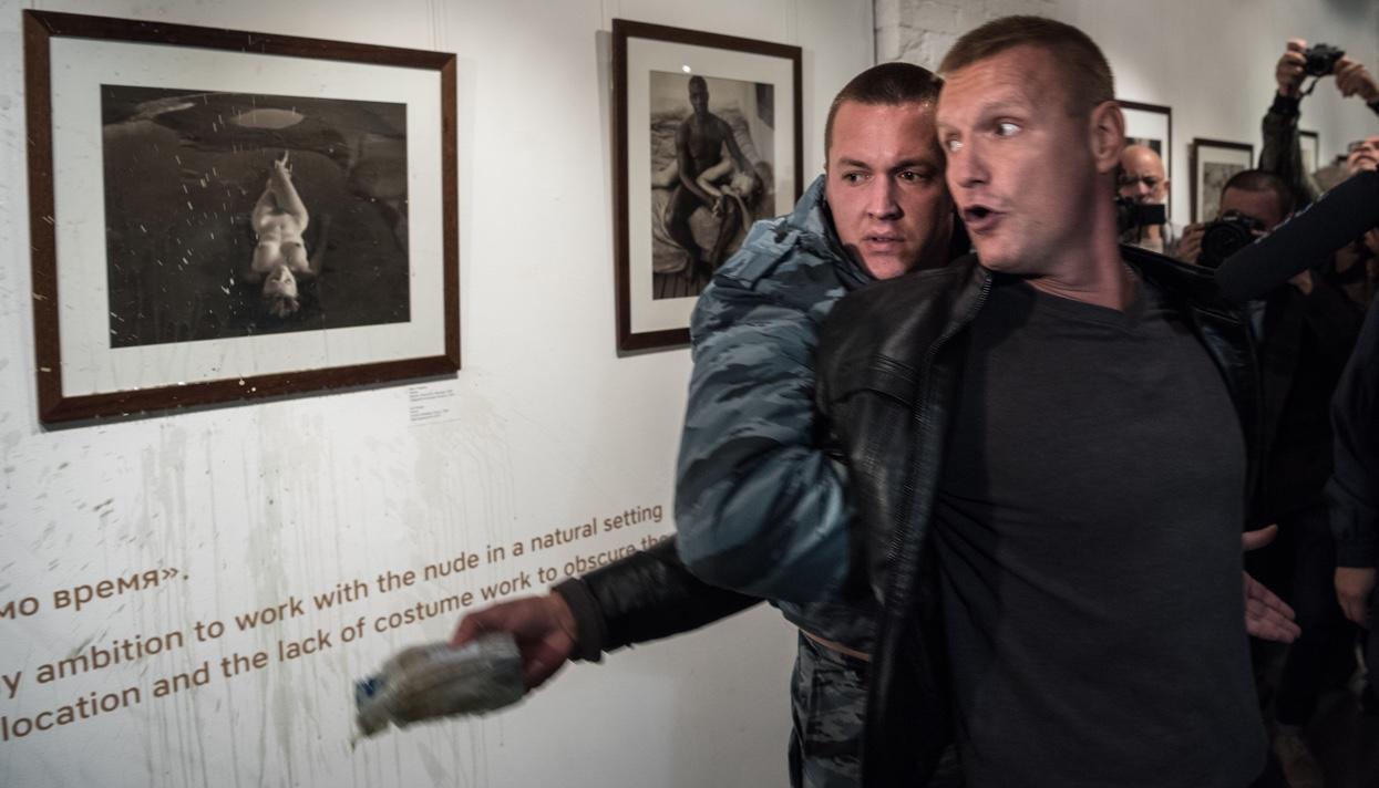скандальная выставка фото
