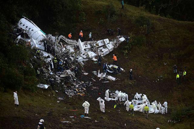 """Вночь на29ноября вКолумбии <a href=""""https://meduza.io/feature/2016/11/29/v-kolumbii-razbilsya-samolet-s-brazilskimi-futbolistami-glavnoe"""">разбился самолет</a>, наборту которого находились футболисты бразильского клуба «Шапекоэнсе», персонал команды ижурналисты. 75 человек погибли наместе, еще один умер вбольнице, пятеро выжили. ВБразилии объявлен трехдневный траур."""