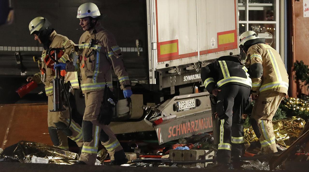 Всети интернет появилось видео наезда грузового автомобиля на гостей рождественской ярмарки вБерлине