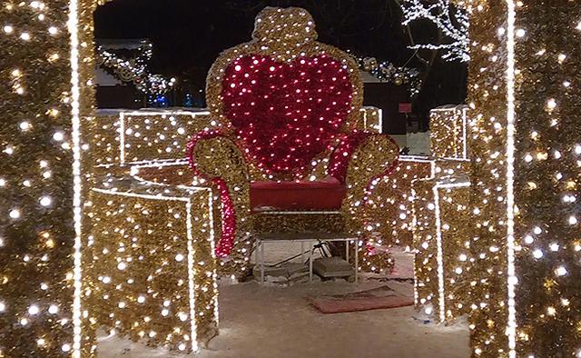 Иллюминированное кресло наодной изплощадок фестиваля «Путешествие вРождество»