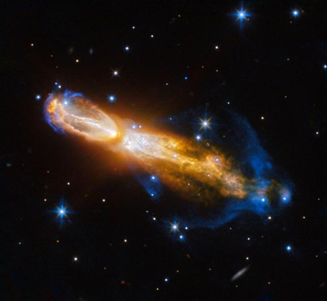 Туманность «Тухлое яйцо». Телескоп «Хаббл» сфотографировал звезду, разорванную начасти