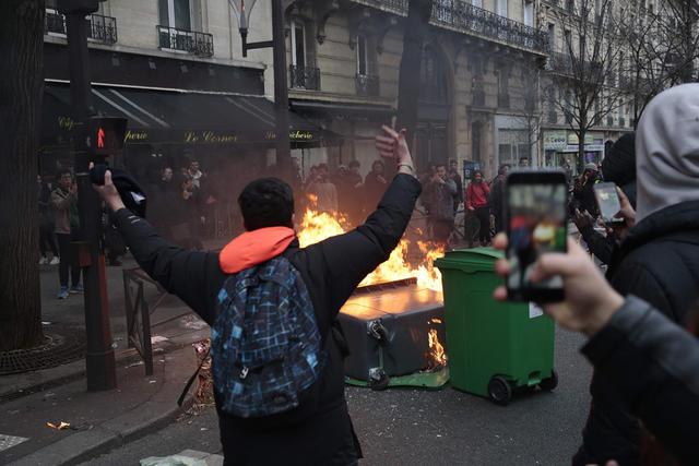 Встолице франции иего пригородах протестующие заблокировали 16 лицеев