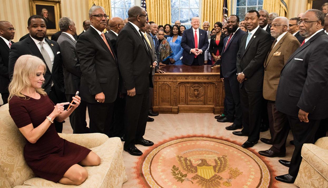 В социальных сетях обсуждают необычную позу советницы Трампа наприёме вБелом доме