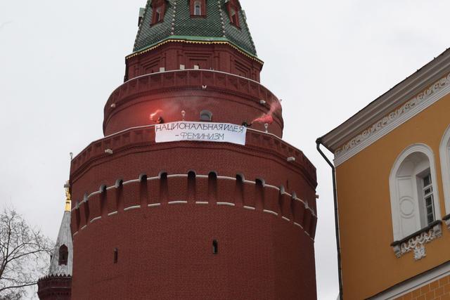 """8марта феминистки провели акцию вКремле. Участницы акции ижурналисты, освещавшие мероприятие, были задержаны. Позднее их<a href=""""https://meduza.io/news/2017/03/08/na-krasnoy-ploschadi-zaderzhali-dvuh-chelovek-za-banner-200-let-muzhchiny-u-vlasti-doloy"""" target=""""_blank"""">отпустили</a> без составления протоколов. Наследующий день после акции ееорганизаторов <a href=""""https://meduza.io/news/2017/03/09/voennyy-komendant-kremlya-nazval-smontirovannoy-fotografiyu-s-aktsii-feministok"""" target=""""_blank"""">обвинили</a> вмонтаже фотографии. Военный комендант Кремля заявил, что никакого баннера набашне небыло."""