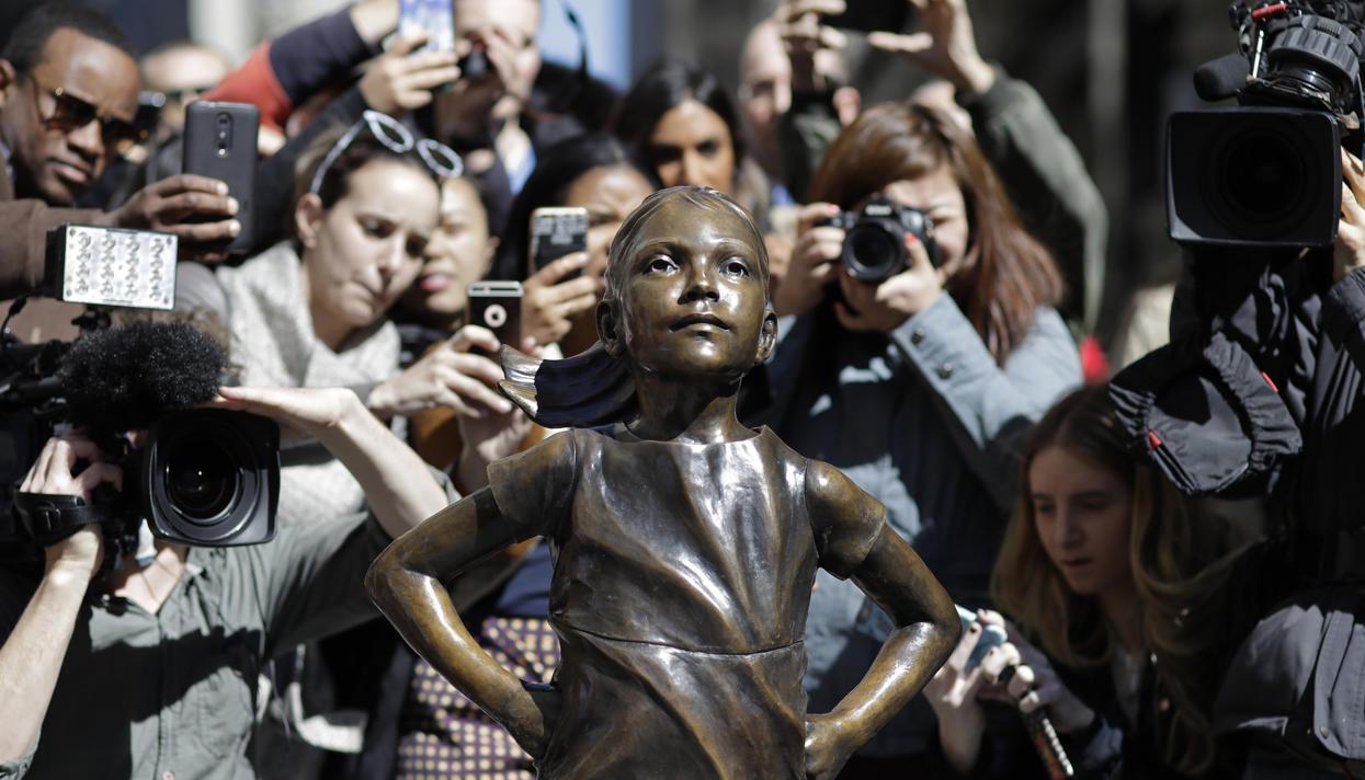 НаУолл-стрит вНью-Йорке был установлен монумент сильной девочке