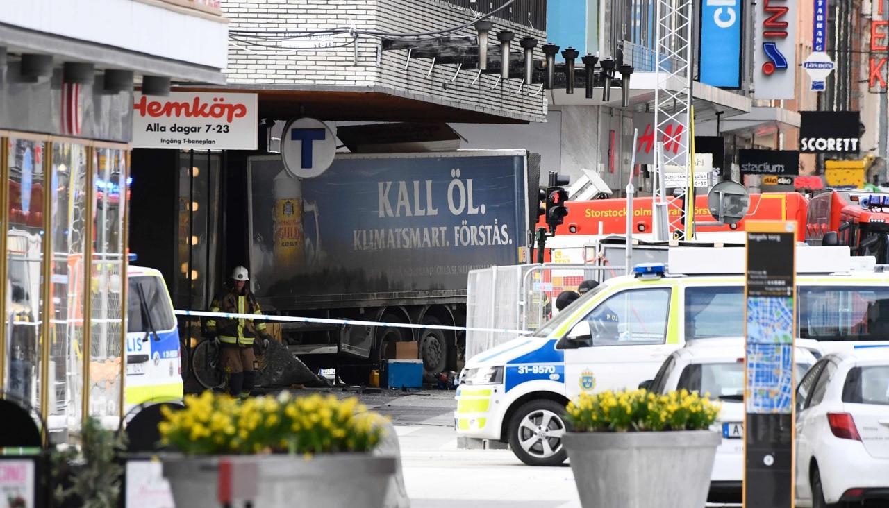 Наезд грузовика на толпу людей в центре Стокгольма оказался терактом
