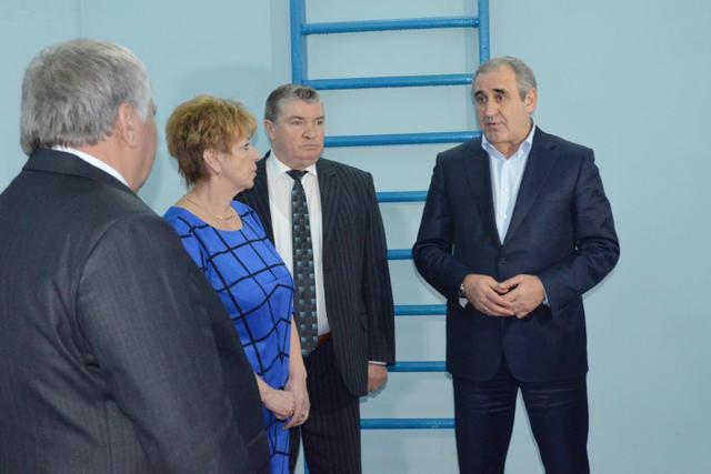 Глава Сычевского района Евгений Орлов (слева) иСергей Неверов (справа) вСычевке, 25ноября 2016 года
