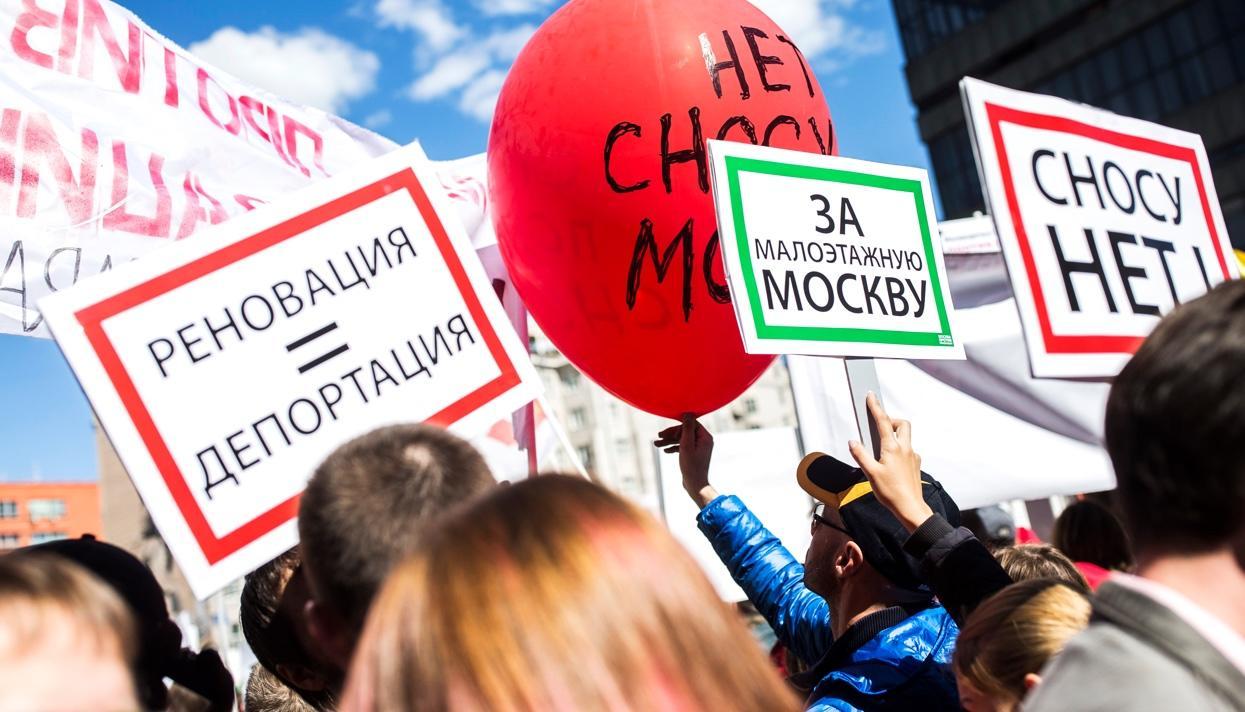 Как прошел митинг против сноса пятиэтажек в Москве и как не пустили на сцену Алексея Навального. Репортаж «Медузы»