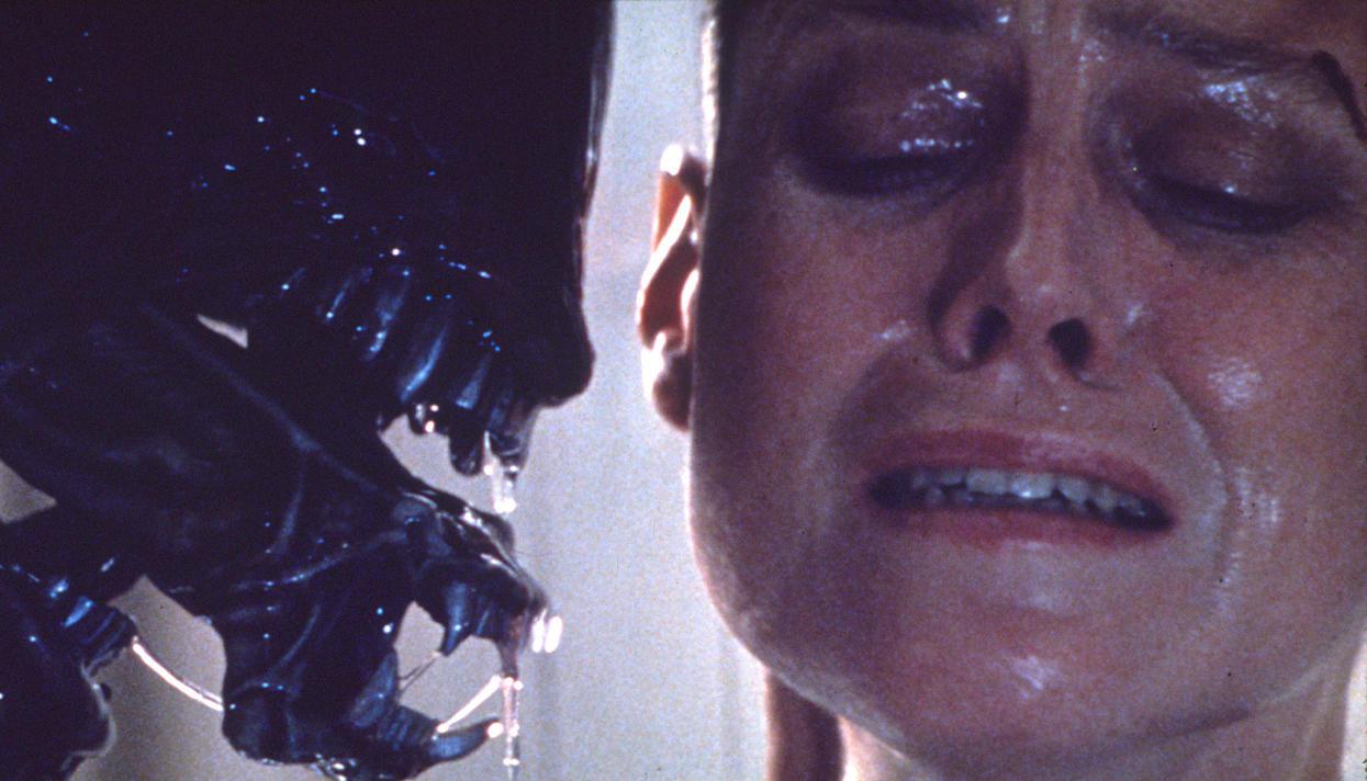 Movie bulimic girl alien in window — pic 7