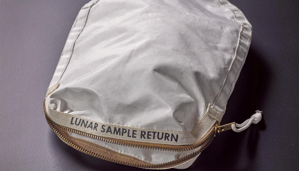 ВНью-Йорке продадут сумку слунным грунтом за $4 млн