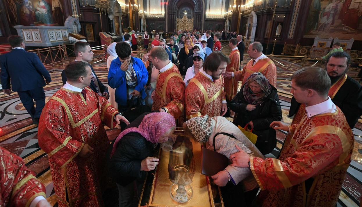 Картинки по запросу К мощам Святителя Николая выстроилась полуторакилометровая очередь