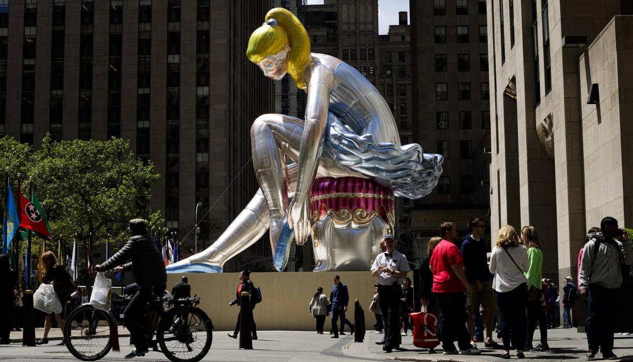 Надувная балерина Джеффа Кунса в Нью-Йорке оказалась копией советской фарфоровой статуэтки. Художника уже не раз обвиняли в плагиате
