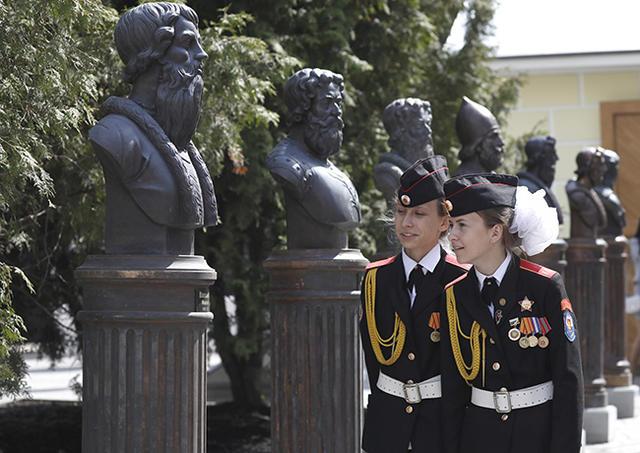 Мединский иЦеретели открыли в столицеРФ Аллею правителей Российской Федерации