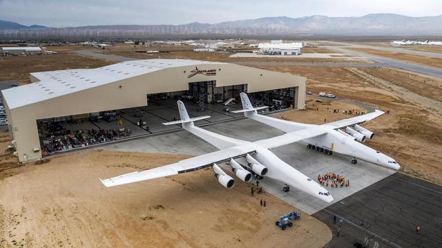 Компания Stratolaunch Systems, созданная одним изоснователей Microsoft Полом Алленом, представила самолет для запуска космических ракет. Размах крыльев двухфюзеляжного самолета— 117 метров (на28,6 метра больше, чем уАн-225 «Мрия», считающегося самым большим самолетом вмире), длина— 72 метра. Оноснащен шестью двигателями и28-колесным шасси. Масса летательного аппарата без нагрузки 250 тонн, снагрузкой— 590 тонн. Самолет Stratolaunch Systems предназначен для вывода вкосмос ракет-носителей свысоты 9,1 тысячи метров. Его первый демонстрационный запуск запланирован на2019 год.