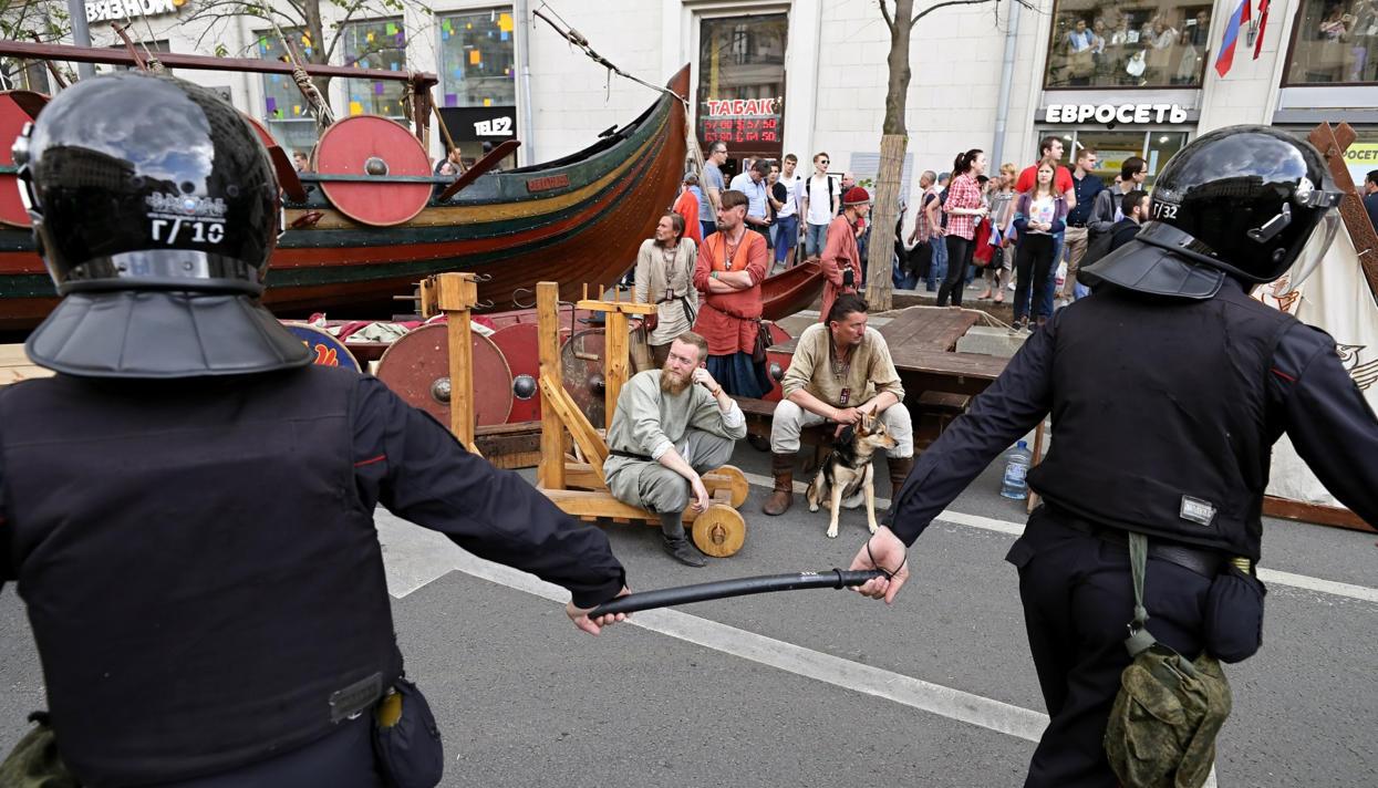 Участники фестиваля реконструкторов— отом, как они оказались в центре московской акции протеста 12июня
