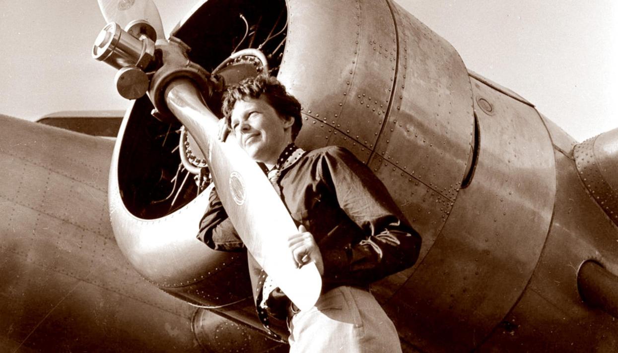 В 1937 году летчица Амелия Эрхарт пропала над Тихим океаном. Нашлось фото,  которое (возможно) доказывает, что она не разбилась — Meduza