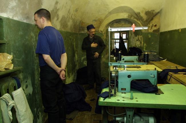 Заключенные вмастерской вколонии наострове Огненном, 9октября 2009 года