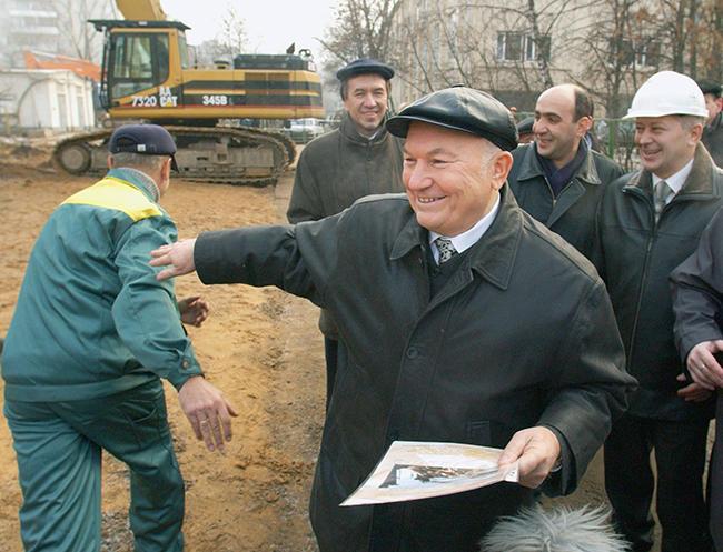 Мэр Москвы Юрий Лужков наблюдает засносом пятиэтажки наулице Усиевича, 2декабря 2003 года