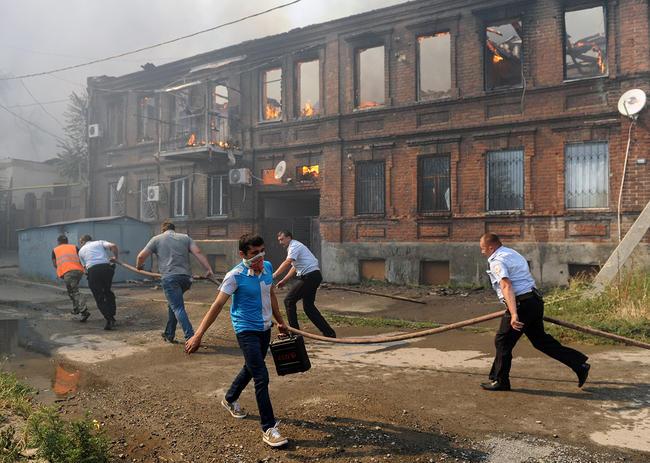 Полицейские имуниципальные рабочие тушат пожар вГовнярке, 21августа 2017 года
