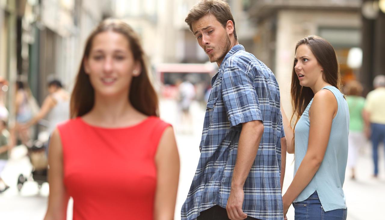 Картинки по запросу парень засматривается на другую мем
