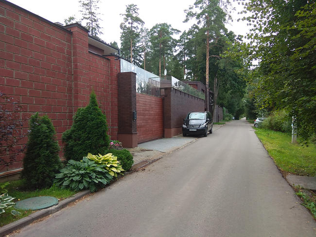 Забор территории дома приемов «Русичи», далее— забор участка, принадлежащего семье Ваге Енгибаряна