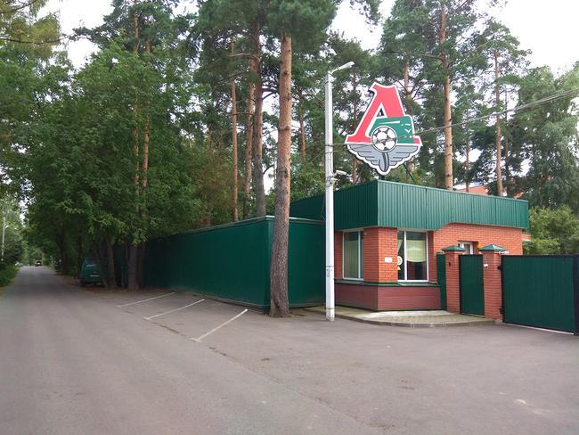 Тренировочная база футбольной команды «Локомотив», расположенная рядом сгосдачей