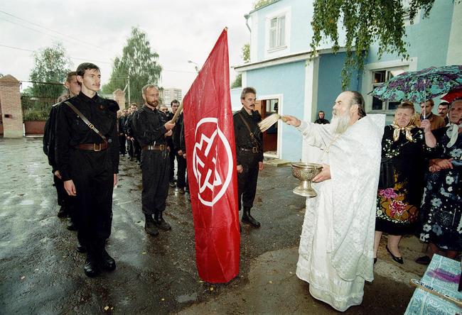 Православный священник освящает знамя «Русского национального единства», 22 августа 1998 года