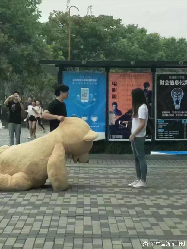 Найбагатший китаєць подарував дівчині двометрового плюшевого ведмедика. Але вона все одно йому відмовила