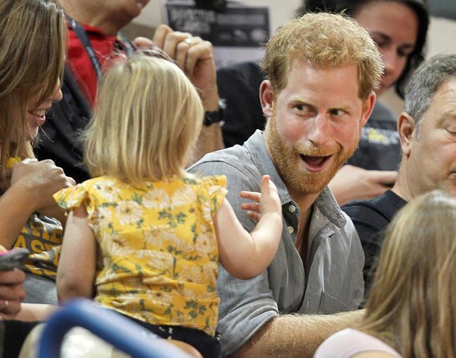 Мимими недели: принц Гарри веселит девочку вовремя спортивного матча