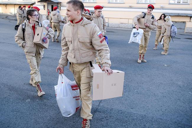 Юнармейцы готовятся крепетиции Парада Победы натерритории Екатеринбургского суворовского военного училища, 25апреля 2017 года