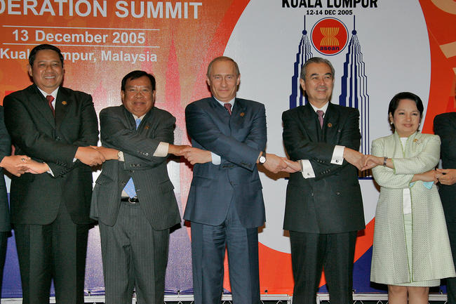 Путин и азиаты держатся за руки