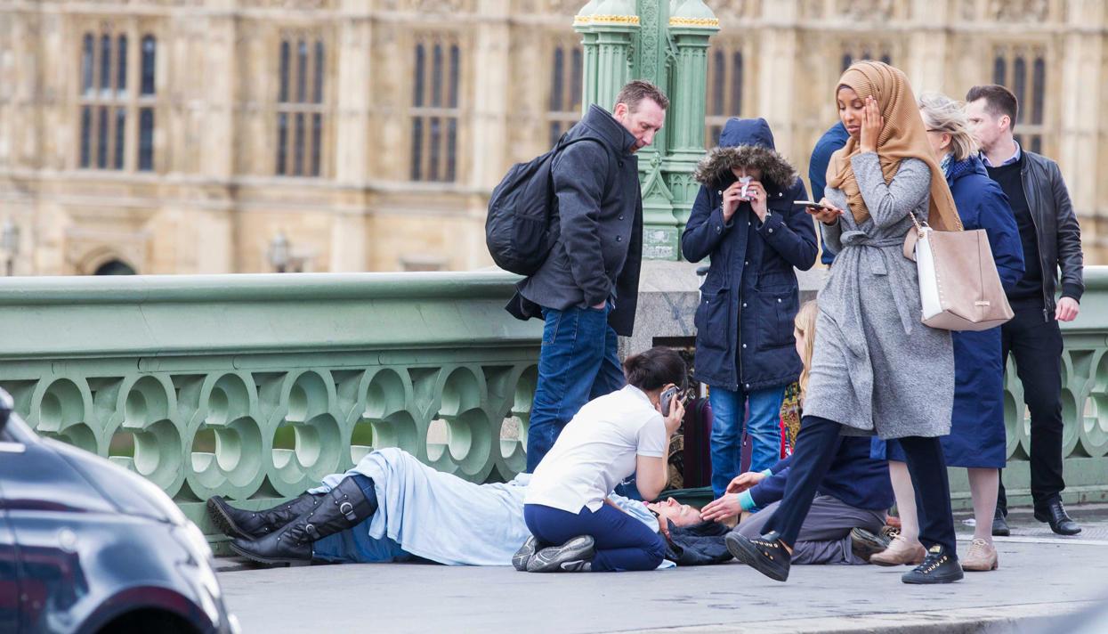 Картинки по запросу Фотография с мусульманкой, которая «игнорирует» жертву