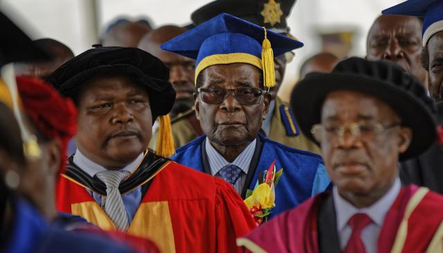 Роберт Мугабе появился напублике впервые после того, как военные объявили озахвате власти вЗимбабве. Фотография