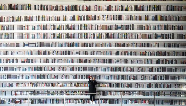ВКитае открыли невероятно красивую библиотеку. Оказалось, книги наполках нарисованы
