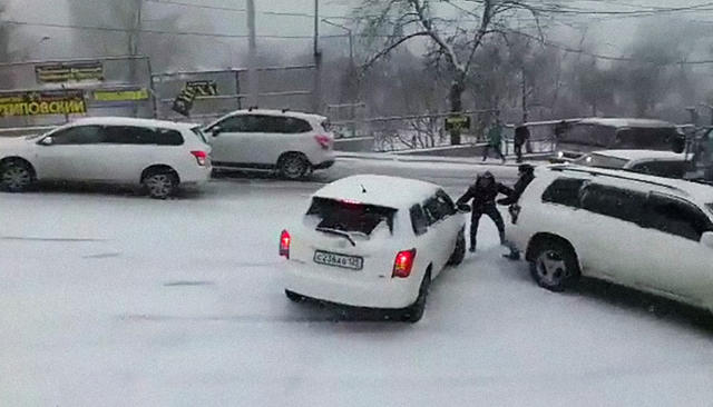«Aristo беднаямоя. Уходи, чувак!» Первый снег искользкие дороги воВладивостоке