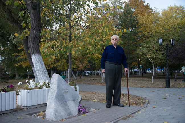 Anatoly Zhmurin at the monument to the victims of the Novocherkassk shooting, October 2017