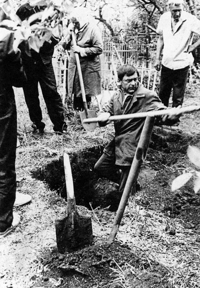 The first excavations in search of victims buried in Novoshakhtinsk, May 15, 1992
